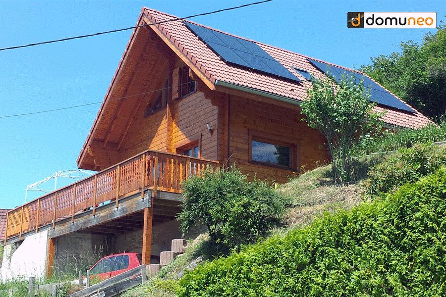 Pose de panneaux solaires sur le toit d'une maison