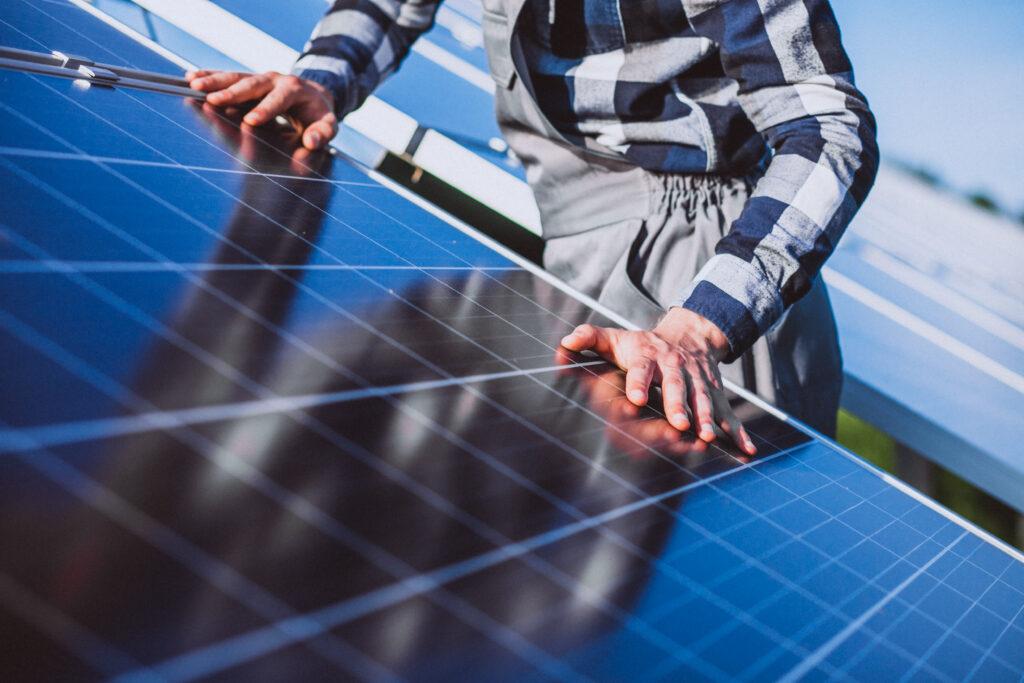 Photo d un installateur de panneaux solaires