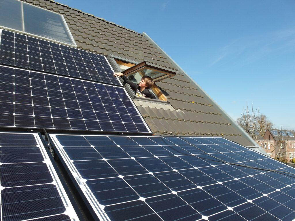Photo énergies renouvelables avec enfant touchant des panneaux solaires