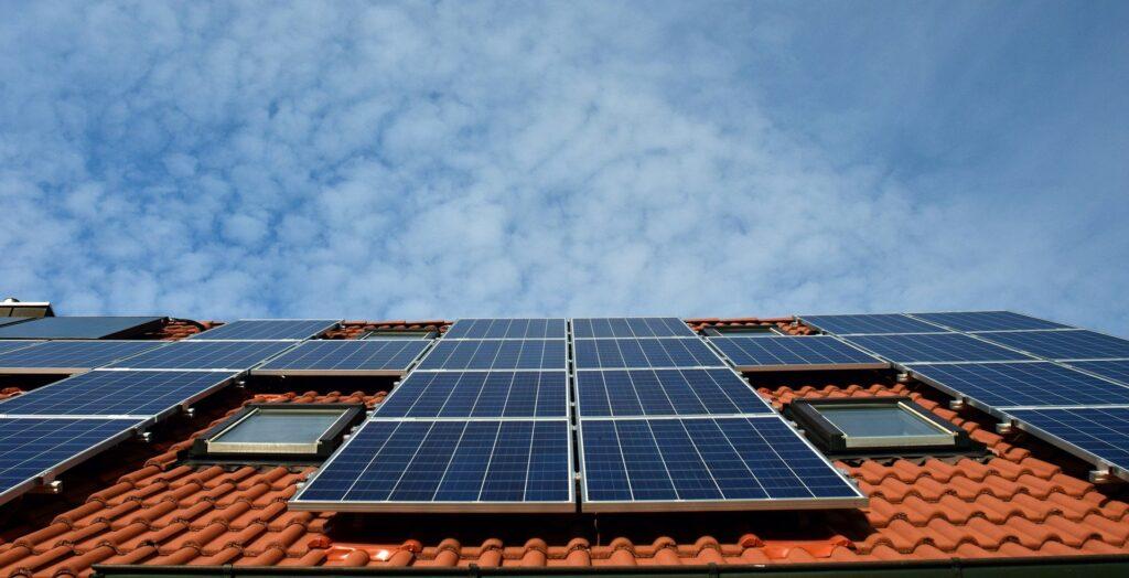 Panneaux solaires sur toit en tuiles