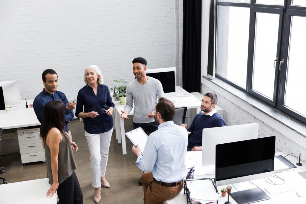 Photo d un groupe d employés en réunion
